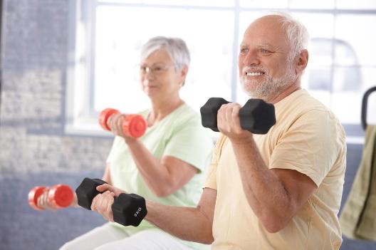 pessoa idosa praticando atividades fisicas na academia